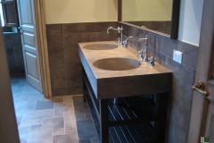 Interno di una stanza con lavabo e rivestimento in pietra