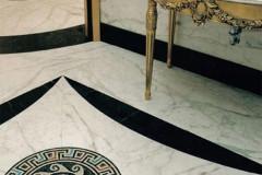 Bagno con rivestimento in marmo Statuarietto, Nero Marquinia e mosaico