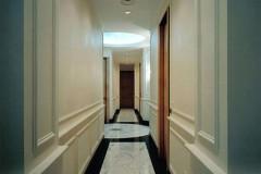 Corridoio in marmo Statuarietto con fasce in Nero Marquinia