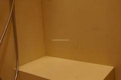 Interno doccia con panca e rivestimento in pietra Moka Cream