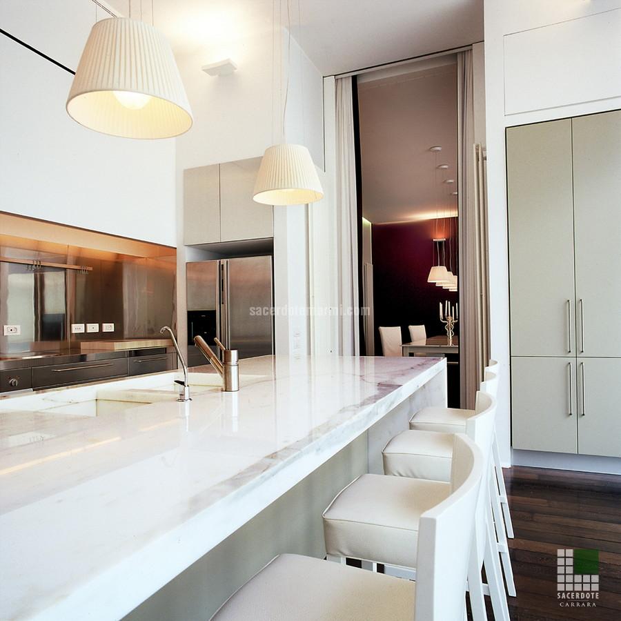 Vista cucina con piano in marmo Bianco Statuario