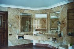 Lavabo del bagno padronale rivestito in marmo Cremo Valencia