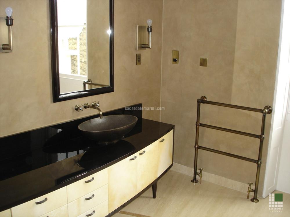 Top bagno con pavimento in travertino classico e for Casa stile shaker