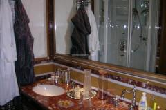 Lavabo e rivestimento in marmo Rosso Francia, Bianco Carrara e Giallo Dorato