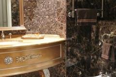 Bagno in marmo Emperador Dark e mosaico con pavimento intarsiato