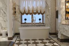 Pavimento sagomato in marmo Calacatta Vagli Oro ed Emperador Dark