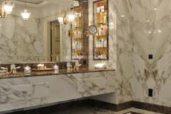 Mobile e rivestimenti in marmo Calacatta Vagli Oro ed Emperador Dark