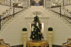 Scala monumentale in marmo Cremo Delicato con pavimento intarsiato