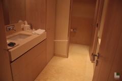Badezimmer im SPA-Bereich aus Gelbem Atlantide Marmor