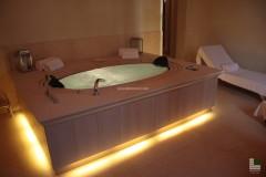 Geformte Verkleidung einer Badewanne aus Gelbem Atlantide Marmor