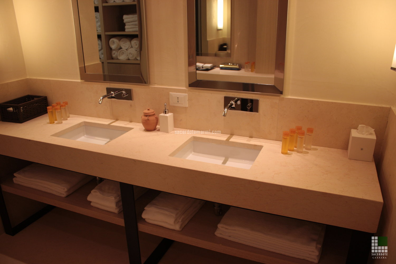 Bagni e rivestimenti per resort a Castel Monastero - Siena ...