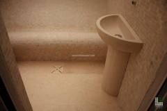 Interno sauna con lavabo e panca in mosaico