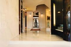 Corridoio e gradini in marmo Cremo Delicato