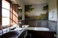 Bagno di una suite con rivestimento e lavabo in pietra Kaesar Brown