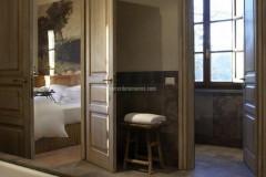Zimmerverkleidung und Fußboden aus Kaesar Brown Stein
