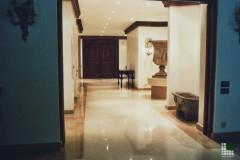 Corridoio in marmo Cremo Marfil a casellario e fasce in Rosa Angelica