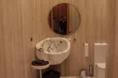 Bagno in Silk Georgette con lavabo e pavimento in marmo Bianco Statuario