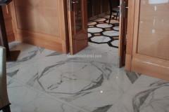 Pavimento in marmo Bianco Statuario con inserti in Nero Assoluto