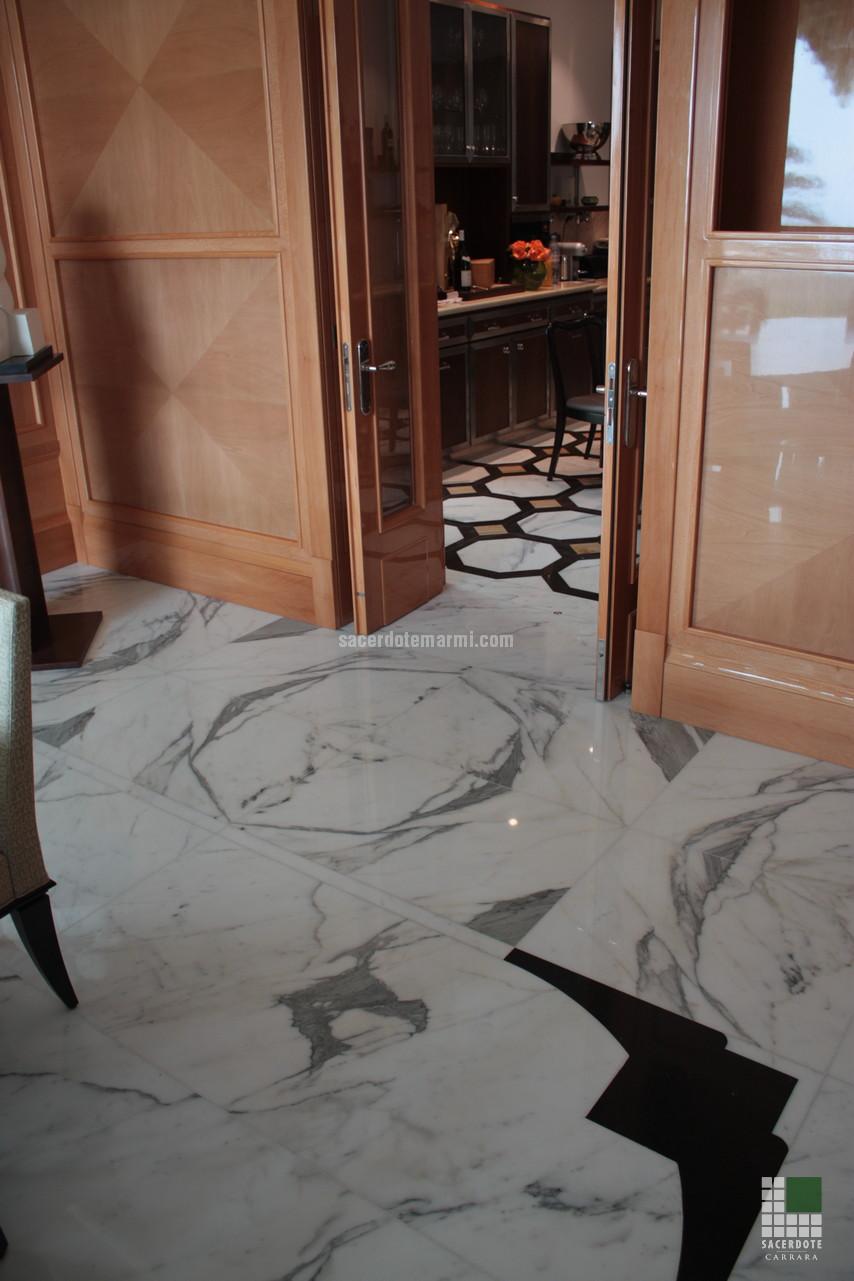 Escaliers, salles de bain et dallage en marbre dans une villa à ...