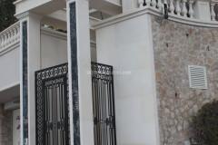 Esterno villa con colonne in marmo Portoro