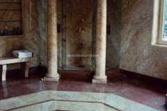 Bagno padronale con colonne in Cremo Valencia