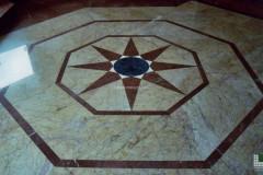 Particolare pavimento intarsiato bagno padronale