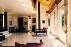Soggiorno con pavimento in marmo Cremo Delicato