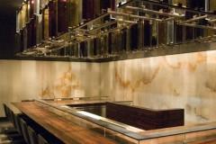 Banco con rivestimento pareti in Onice Bianco