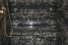 Interno doccia rivestito in marmo Nero Portoro