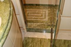 Bagno con pavimento e piatto doccia antiscivolo in marmo Verde Ming