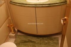 Bagno in marmo Verde Ming con inserti in Afyon Dorato