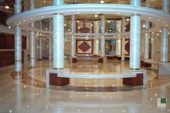 Hall con pavimento in marmo Biancone Trani e Rosso Alicante