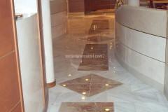 Corridoio con pavimento in marmo Palissandro e Breccia Pernice