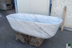 Monolithic bathtub realised with White Carrara marble