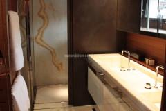 Bagno con lavabo e rivestimento in Onice Bianco