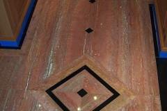 Pavimento in Travertino Rosso Persiano con inserti in Nero Assoluto