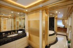 Bagno armatore in marmo Nero Portoro ed Afyon Dorato