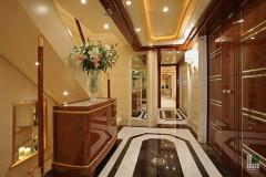 Foyer con pavimento intarsiato in Nero Saint Laurent ed Afyon Dorato