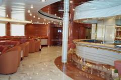 Pavimento bar in marmo Bianco Statuario e Rosso Alicante con bancone in Biancone Trani