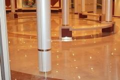 Hall con pavimento e panche in marmo