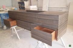 Mobile bagno con ante apribili rivestite in marmo Eramosa