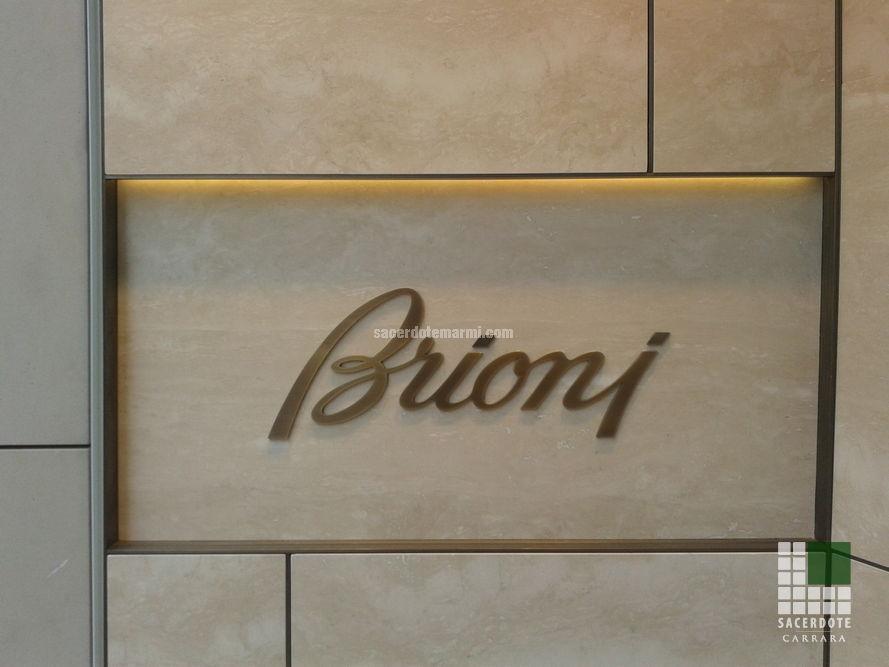 Rivestimento in Travertino Navona con intarsio in ottone