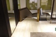 Sbarco delle scale con pavimento in Travertino Navona