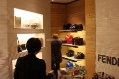 In der Boutique - Wände, die mit Persischem Gelbem Travertin verkleidet sind
