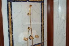 Pannello in marmo Bianco Statuario, Giallo Siena e Sodalite con rivestimento sagomato