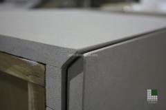 Particolare chiusura cassetto di mobile rivestito in pietra