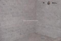 Piatto doccia e rivestimenti realizzati in marmo Bianco Carrara