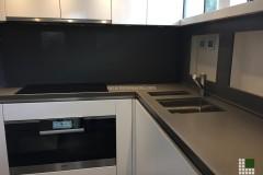Piano cucina realizzato in agglomerato di quarzo grigio