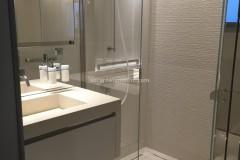 Lavabo e rivestimenti realizzati in Pietra Thala beige