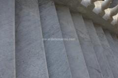 Scalinata con pedate in marmo Bianco Carrara